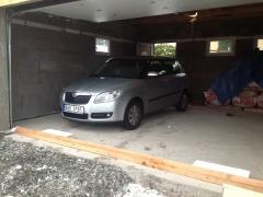 V rozestavěné garáži